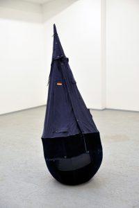 Stefan Wischnewski, Späher, 2013, BW-Parka (blau) 190 × Ø 230 cm